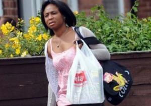 Мать Балотелли устроилась уборщицей в одном из офисов Манчестера