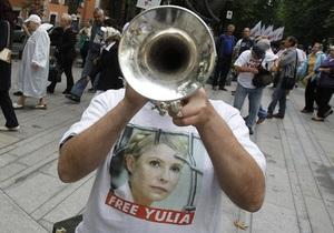 У Києві біля Вищого спецсуду зібралися прихильники Тимошенко