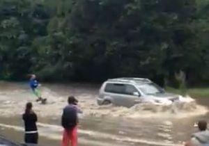 Російські вейкбордисти влаштували шоу в затопленому зливами Ставрополі