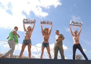 Активистки FEMEN провели топлес-акцию на Олимпийском