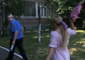 Активістка FEMEN жбурнула торт у речника МВС
