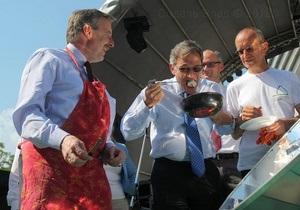 Посли ЄС приготували у центрі Києва яєчню і сосиски