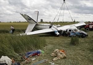 Фотогалерея: Аварійна посадка. Репортаж з місця аварії літака з парашутистами під Києвом