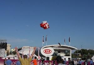 У харківській фан-зоні Євро-2012 запустили у повітря червоно-білі кульки з плакатом Юлі - волю!