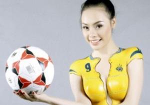 Фотогалерея: Азиатский колорит Евро-2012. Вьетнамские модели прикрыли обнаженные тела Украиной и Польшей