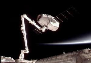 Астронавти МКС закінчили розвантажувати приватний корабель Dragon