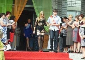 Українська школярка стала зіркою інтернету через відверте вбрання на випускному