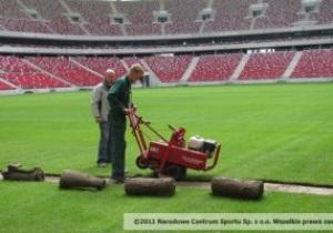 На Национальном стадионе в Варшаве к Евро-2012 перестилают газон