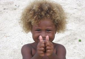 Світлий колір волосся меланезійців та європейців визначають різні гени