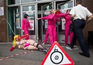 Активістки FEMEN заклали  секс-бомбу  на Хрещатику, одну з дівчат побили