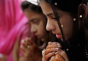 В Індії буквар проілюстрували зображеннями бомби і ножа