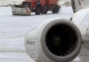 У Казахстані працівник аеропорту на тракторі врізався в літак