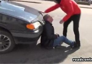 У ДАІ стверджують, що журналіст Дорожнього контролю в Миколаєві сам кинувся на капот автомобіля