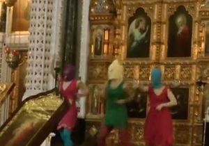 Панки-феміністки в храмі Христа Спасителя: московська поліція порушила кримінальну справу