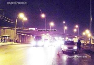 На Московському проспекті в Києві пішохода збили відразу два автомобілі