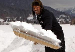 Чисора готовится к бою с Кличко, катаясь на санках и убирая снег