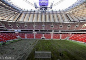 На стадионе в Варшаве уложен  бетонный  газон