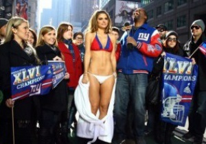 Известная журналистка разделась на Таймс-сквер, проиграв спор о Супербоуле