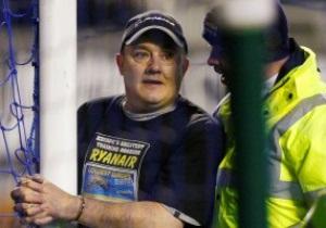 Хулиган, приковавший себя наручниками к штанге, протестовал против политики лоукоста Ryanair