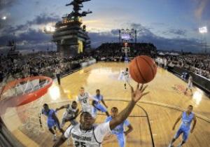 Фотогалерея: С вертикальным взлетом. В США прошел баскетбольный поединок на авианосце