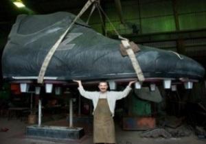 Сапожник из Запорожья изготовил пятиметровую бутсу