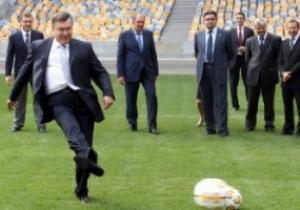 Янукович лично проинспектировал НСК Олимпийский и забил гол Суркису