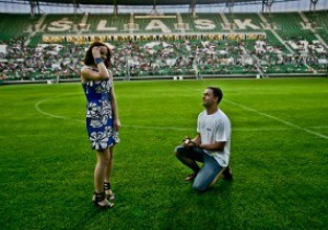 Романтика. Предложение руки и сердце на стадионе во Вроцлаве