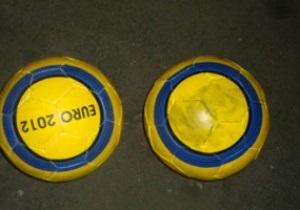 Сотрудники таможни стерли символику Евро-2012 с тысячи контрафактных футбольных мячей