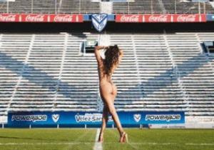 Известная модель поддержала сборную Парагвая откровенной фотосесией