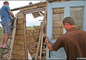 Українська служба Бі-бі-сі: У Криму добровільно відмовляються від самозахопленої землі