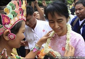Опальний лідер бірманської опозиції вирушила у подорож країною
