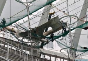 Фотогалерея: Одежка НСК. Олимпийский укрывают мембраной