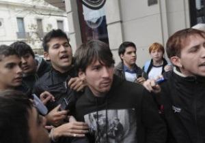 Лионель Месси подвергся нападению футбольного хулигана