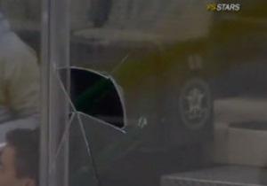 Хоккеист броском с центра поля пробил заградительное стекло