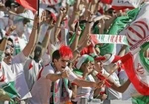 Трем иранским футболистам грозит тюрьма за поцелуй фанатки