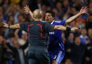 UEFA хочет использовать на Евро-2012 систему судейства с пятью арбитрами