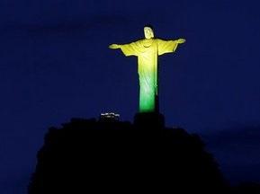 Статую Христа в Рио-де-Жанейро подсветили в цвета бразильского флага