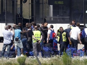 Сборная Франции вернулась на родину под охраной полиции