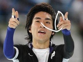 Корейський ковзаняр перемагає з Олімпійським рекордом