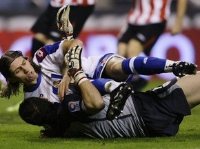 Защитник Депортиво сломал ногу, забивая гол