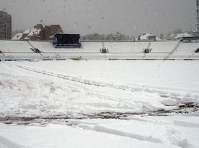Поле для матча Партизан-Шахтер расчистят от снега 120 человек