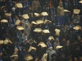 Вболівальники Дніпра використовували крісла зі стадіону замість парасольок
