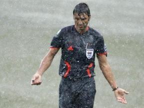 Арбитр Бузакка помочился на поле во время матча