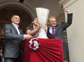 До Львова привезли Кубок УЄФА