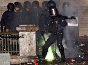 Тысячи футбольных болельщиков устроили массовые беспорядки в Барселоне
