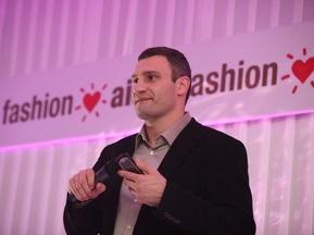 Владимир Кличко продал перчатки на аукционе