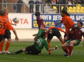Вратарь Харькова играл против Шахтера со сломанной рукой