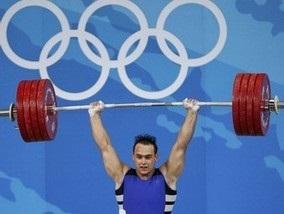 Казахский тяжелоатлет выигрывает золото