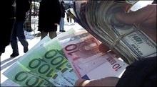 Українці масово скуповують євро