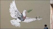 Британський графітчик Бенксі розмалював мур між Палестиною та Ізраїлем